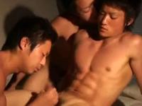 腹筋がバキバキに割れたマッチョな男子のキスをしながらシコシコ動画