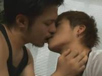 ゲイビデオに出演して照れくさそうにキスをする普通の男の子