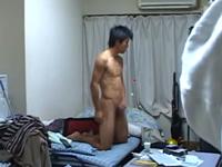 一人暮らしの青年が全裸でオナニーしている様子を盗撮