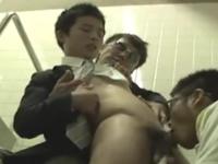 やってきた獲物の精液を搾り取る男子トイレに潜む罠