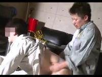作業着姿でゲイセックスに精を出す土方系兄貴たちの3P