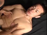 肛門に男根を挿入されながらも男らしく喘ぎシゴき続けるセクシーな兄貴