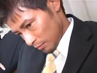 イケメンサラリーマンのムチムチの下半身を凌辱する3Pゲイセックス