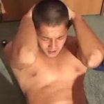 ラグビーで鍛えた肉体を晒して素っ裸で腹筋してくれる坊主男子のゲイ動画