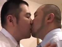 ぽっちゃり系の三十路男が濃厚ゲイセックスで肉を揺らして精子を飛ばす