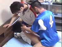 ユニフォーム姿のサッカー少年が3Pセックスしてるゲイ動画