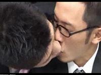 メガネサラリーマンが上司と二人きりになりオフィスで激しいゲイSEX