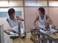 体操服の男子生徒が教室でチンポの舐めあいっこ