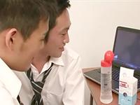 ゲイ動画を見た男子学生が友達同士で初アナルセックスに挑戦