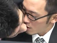 いつも距離が近すぎる上司に襲われて濃厚なキスに答えてしまう眼鏡リーマン