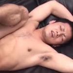 苦しそうな表情を浮かべてアナルを掘られるセクシーな童顔坊主青年の肛門に中出し