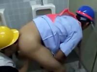 仕事を抜け出して公衆トイレでオナニーしてたらゲイの先輩に見つかってしまった!