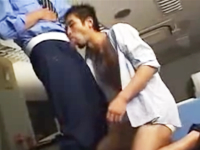 ゲイの匂いを醸し出している残業中のサラリーマンを見つけてはオフィスでハメる警備員