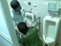 公衆トイレで巡り合った男子が積極的に股間を求め合う!発展場で出会って即合体