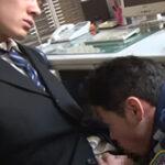 残業中に居眠りしていたサラリーマンの寝込みを襲う警備員