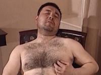 熊系おじさんの毛深い身体とアナルを犯す